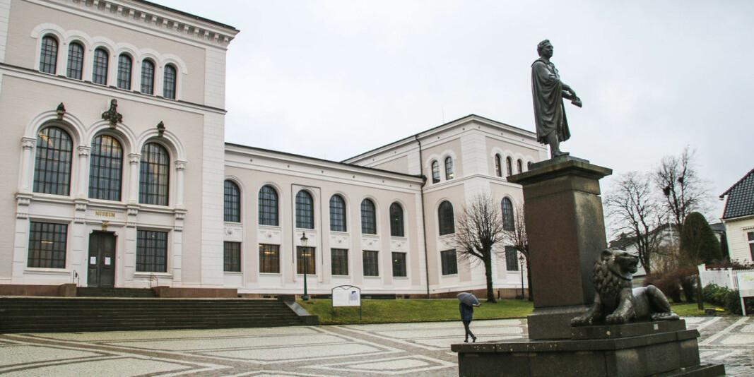 Universitetet i Bergen anmeldte en daværende ansatt i januar i 2019. Den nå pensjonerte professoren er tiltalt for grovt bedrageri.