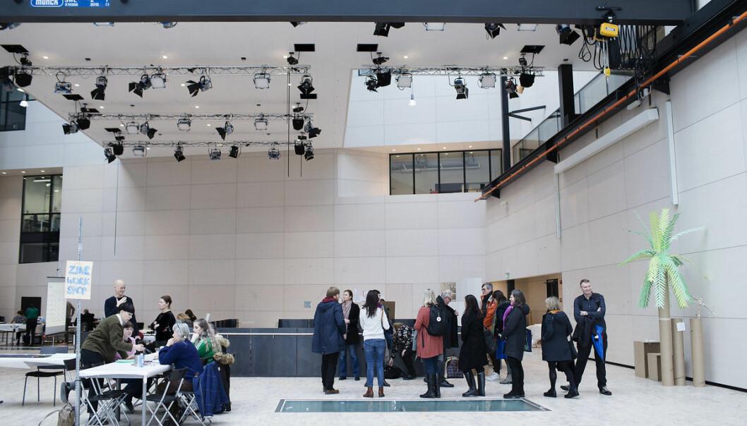 Idag sker mycket av forskningen i kontakt med institutioner utanför institutionernas väggar för att på så sätt få tillgång till infrastruktur, en forskare kan exempelvis samarbeta med en konsthall, ett museum, eller en scen, skriver KHiO-rektor Markus Degerman. Bildet er fra Fakultet for kunst, musikk og design ved UiB.