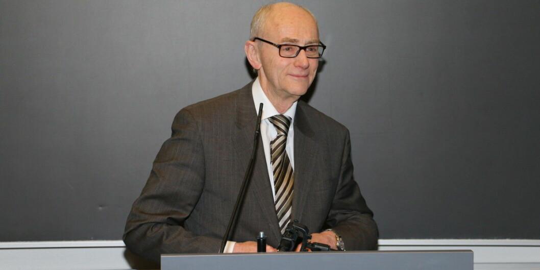 Jan Fridthjof Bernt var med på å utforme den første universitets- og høgskoleloven. Han er ikke bare fornøyd med forslaget til den nye som nå er sendt ut på høring. Foto: Dag Hellesund
