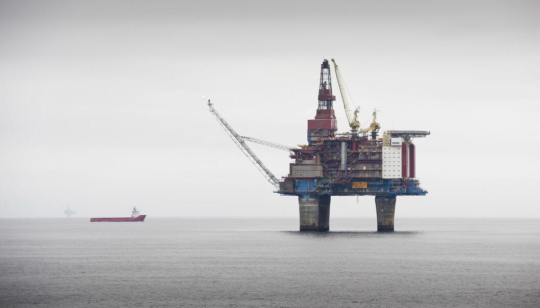 Den lågaste oljeprisen på 30 år fører til massive tap i olje- og gassnæringa. Det internasjonale energibyrået fryktar det skal gå utover omstilling til berekraftige energikjelder.