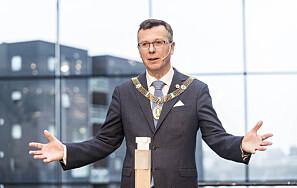 For UiB-rektor Dag Rune Olsen kan det tilsynelatande vere meir verd å ha ein nasjonal arena som ser på overordna spørsmål, enn lokal, kritisk journalistikk. Men det er kritikken som gjer forsking og utdanning betre.