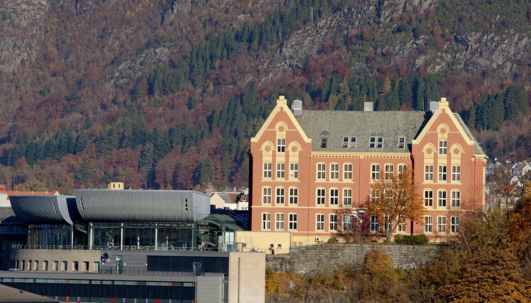 — Det er et tveegget sverd å skulle ha klassiske forelesninger for så mange over zoom. Det er ikke nødvendigvis bedre enn en avspilling fra året før, sier visedekan ved Det juridiske fakultet, Universitetet i Bergen.