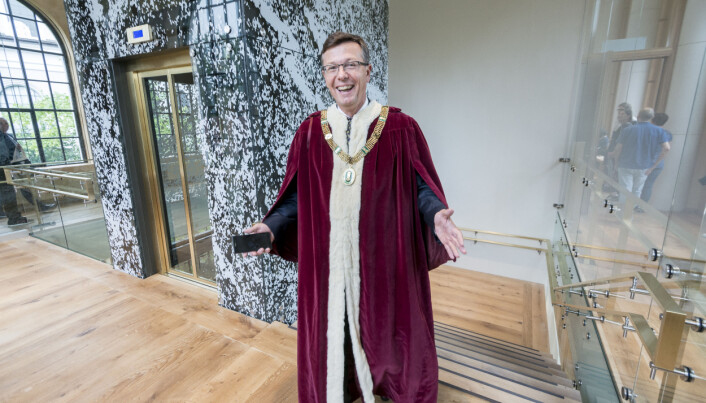 Det er berre nokre få dagar i året me går med kappe. Det er ikkje fordi me er så pompøse, men fordi me brukar tung symbolikk for å få fram sentrale universitetsverdiar, seier UiB-rektor Dag Rune Olsen.