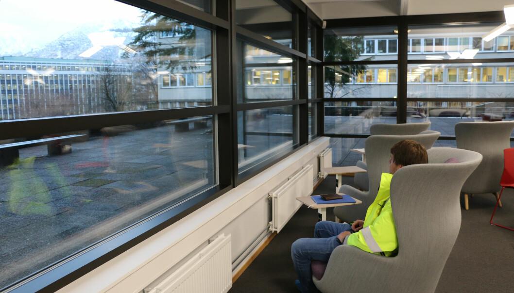 Dette er en av de nyere arbeidsplassene for studenter, på realfagsbiblioteket.