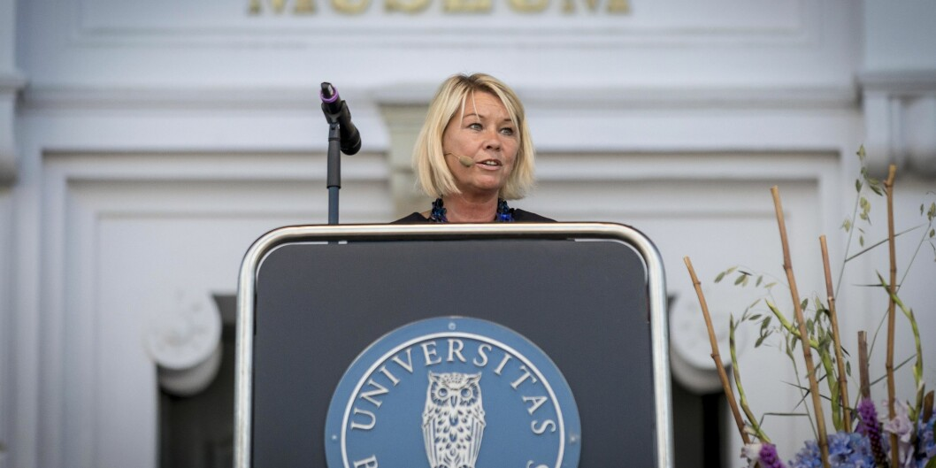 Justisminister Monica Mæland vil ansette politistudenter i midlertidige stillinger.