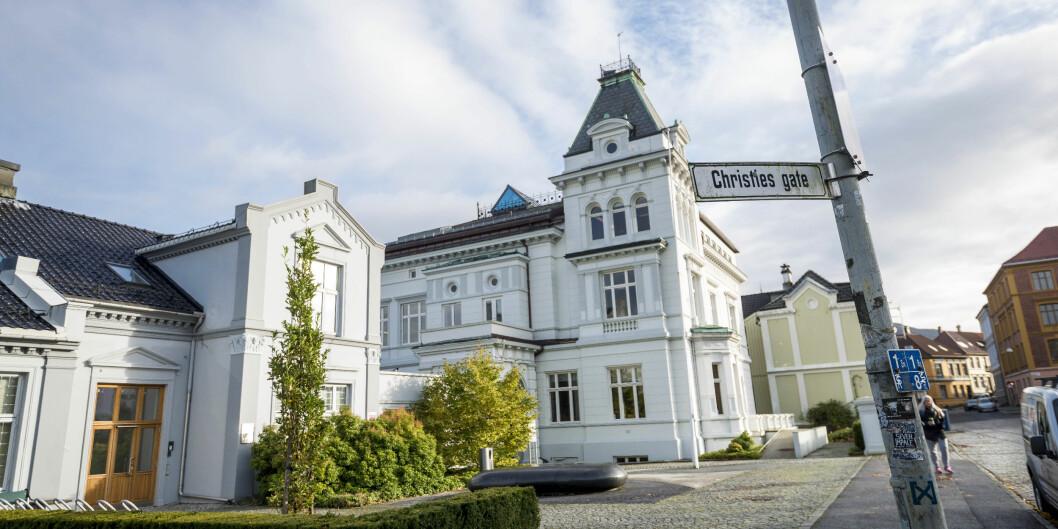 Avdelingsdirektør for Studieavdelingen ved Universitetet i Bergen (UiB), Christen Soleim, forsvarer ansettelsen med at vedkommende hadde «tilsvarende erfaring». Leder av Forskerforbundet ved UiB, Steinar Vagstad er ikke enig i den tolkningen.