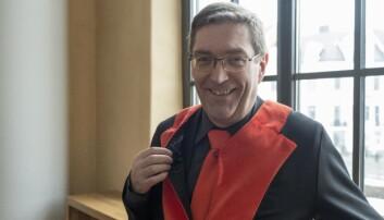 Frode Thorsen, dekan for fakultet for kunst, musikk og design, ønskjer å framleis kunne ta dekankappa på ved passande høve.