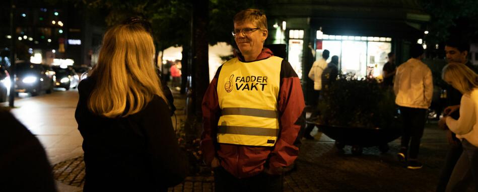 Rektor ved Universitetet i Oslo, Svein Stølen, gikk faddervakt i Oslo natt til lørdag og mener ordningen som er ny av året bør fortsette og utvides. Foto: Mina Ræge