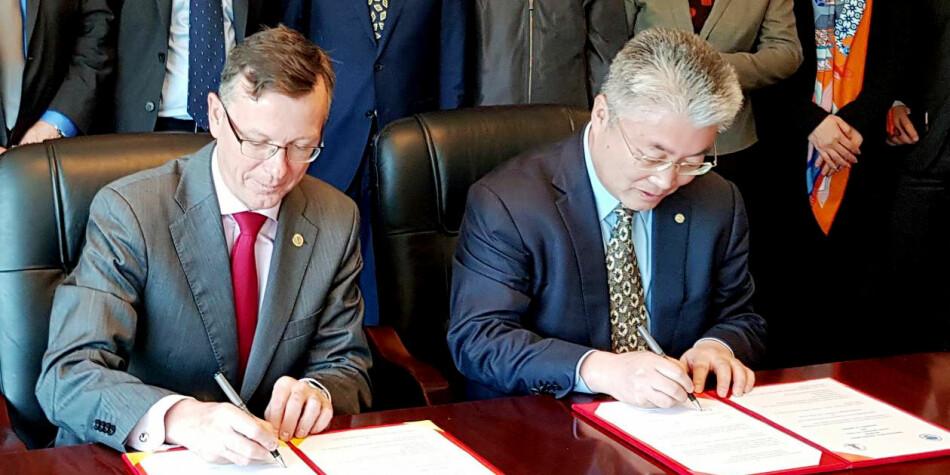 Kina er høgt prioritert som samarbeidsland for Universitetet i Bergen. Her signerer UiB-rektor Dag Rune Olsen og OUC-president Yu Zhigang avtale om samarbeid i den kinesiske byen Qingdao i april 2018. Foto: UiB