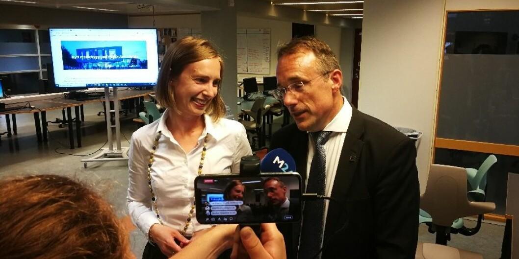 Statsråd Iselin Nybø saman med Johann Roppen i august i år. No er det Nybø sitt departement som skal avgjera personalsaka frå Høgskulen i Volda. Foto: Øystein Torheim