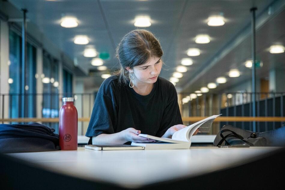 Flatebø har allerede møtt de andre honours-studentene. Hun sier det virker som en fin og lærevillig gjeng. Foto: Siri Øverland Eriksen