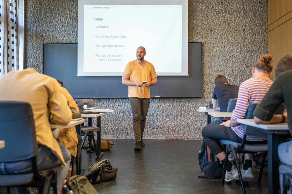 Anders Lauvland er stipendiat ved universitetet, og er en av de ansvarlige for seminarundervisningen. Første honours-time begynner med en bli-kjent-lek. Foto: Siri Øverland Eriksen
