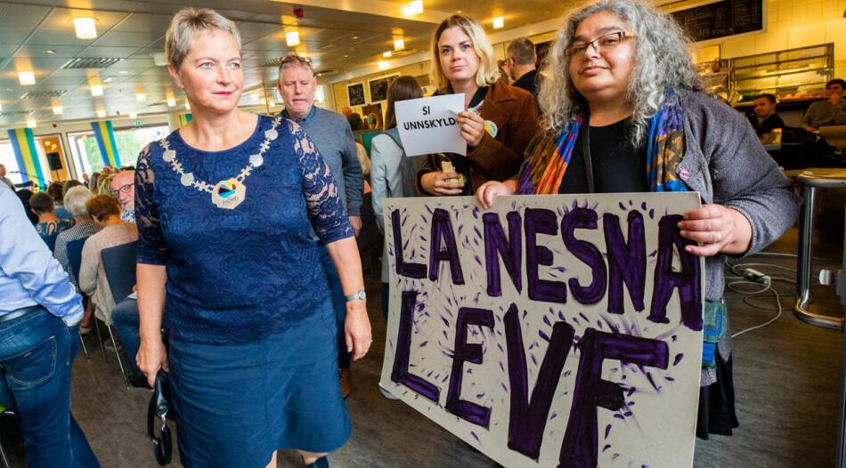 Engasjementet på Nesna er stort. Rektor Hanne Solheim Hansen ankommer her åpningen ved studiestart. Foto:Hans Petter Sørensen