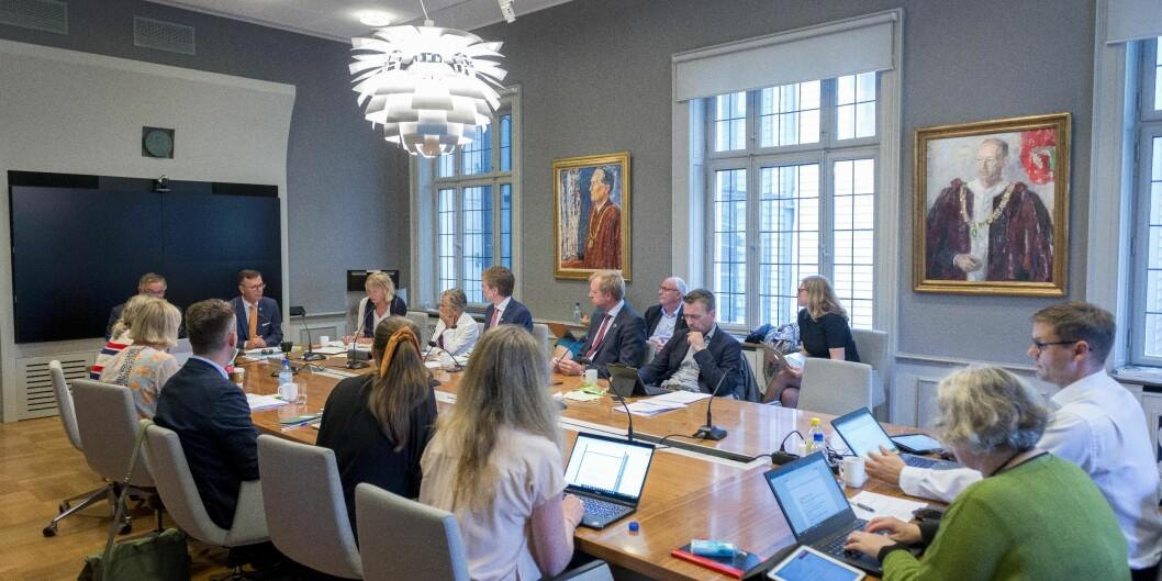 Universitetsstyret ved Universitetet i Bergen har flere nye medlemmer, og er samlet til studieårets første møte i et regnvylt Bergen torsdag. Foto: Tor Farstad