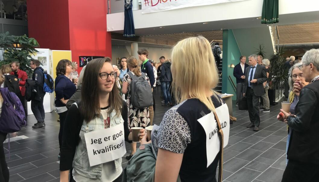 Bildet er fra studiestart og utdannningspolitisk konferanse ved Nesna. Flere studenter vendte ryggen til rektor under hennes åpningstale.