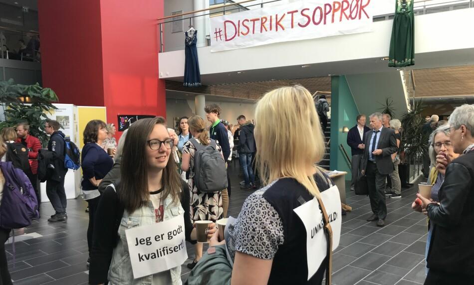 Studiestart og utdannningspolitisk konferanse. Andreårs studentene Sigrid Johansen og Silje Marie Haug Ravsandhaug var med å vende ryggen til rektor under hennes åpningstale på campus Nesna denne uken. Foto: Eva Tønnessen