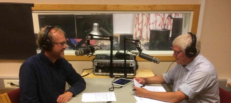 Professorane Jens Johan Hyvik og Nils Ivar Agøy lagar podcast til studentane som er spreidd over heile landet. Foto: Privat