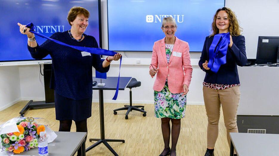 Ordførar i Oslo, Marianne Borgen (t.v.), konstituert rektor Anne Borg og statssekretær Rebekka Borsch (V) klipper snor under den offisielle opninga av Oslo-kontoret.