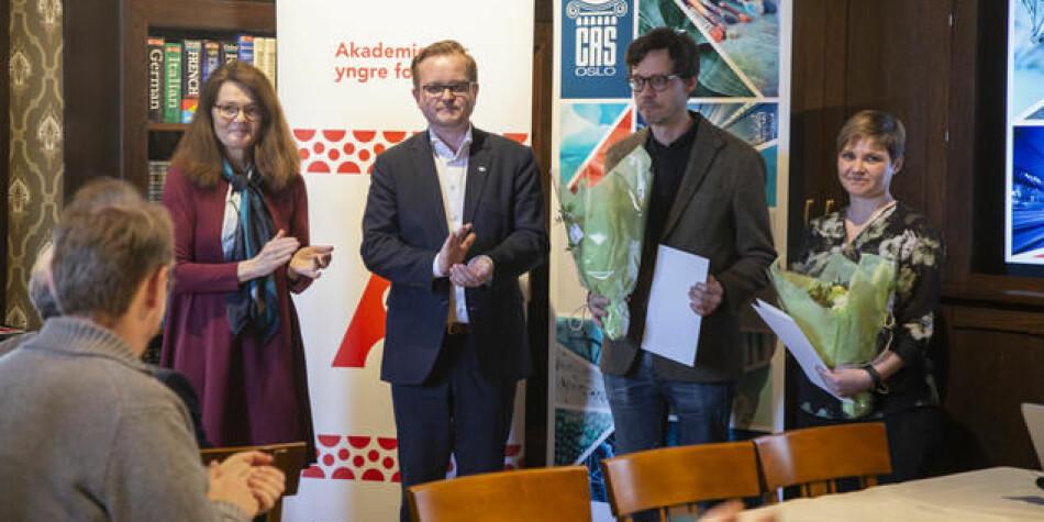 Hilde Nesse Tyssøy (til høyre) og Are Skeie Hermansen (nummer to fra høyre) mottok midler fra Senter for grunnforskning i år. Også avbildet er politisk rådgiver Kjartan Almenning (Kunnskapsdepartementet) og vitenskapelig leder ved CAS, Camilla Serck-Hanssen. Foto: CAS