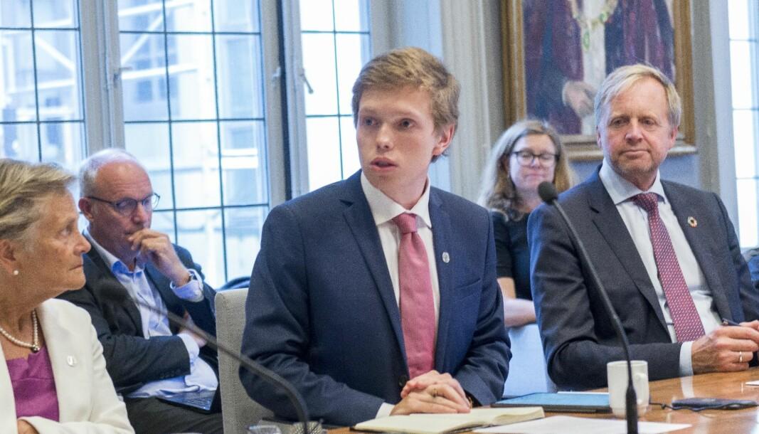 Gard Skulstad Johanson gjekk hardt ut i universitetsstyret torsdag mot det han meinte var truslar mot universitetsdemokratiet. Her frå eit tidlegare møte flankert av Kjersti Fløttum og Bjørn K. Haugland.