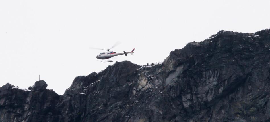 Rauma 6. september 2019: Et helikopter med geologer fra NVE over området ved Veslemannen fredag formiddag. Har gått flere steinsprang i løpet av natten. Kevlden før gikk de første store rasene. Foto: Ørn E. Borgen, NTB scanpix