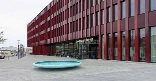 Skulpturen er plassert ved inngangen til det nye Sandnes rådhus. Foto: Privat