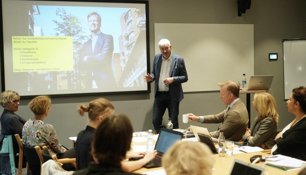 Direktør Tore Hansen (stående) på OsloMet sier at det er som det skal være når konsulentbruken på OsloMet øker kraftig. Foto: Ketil Blom Haugstulen