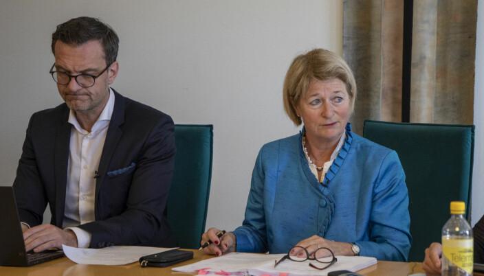 Universitetsdirektør Jørgen Fossland og rektor Anne Husebekk maner til at de ansatte bruker folkeskikk - og at de tenker seg om før de bruker akademiske titler.