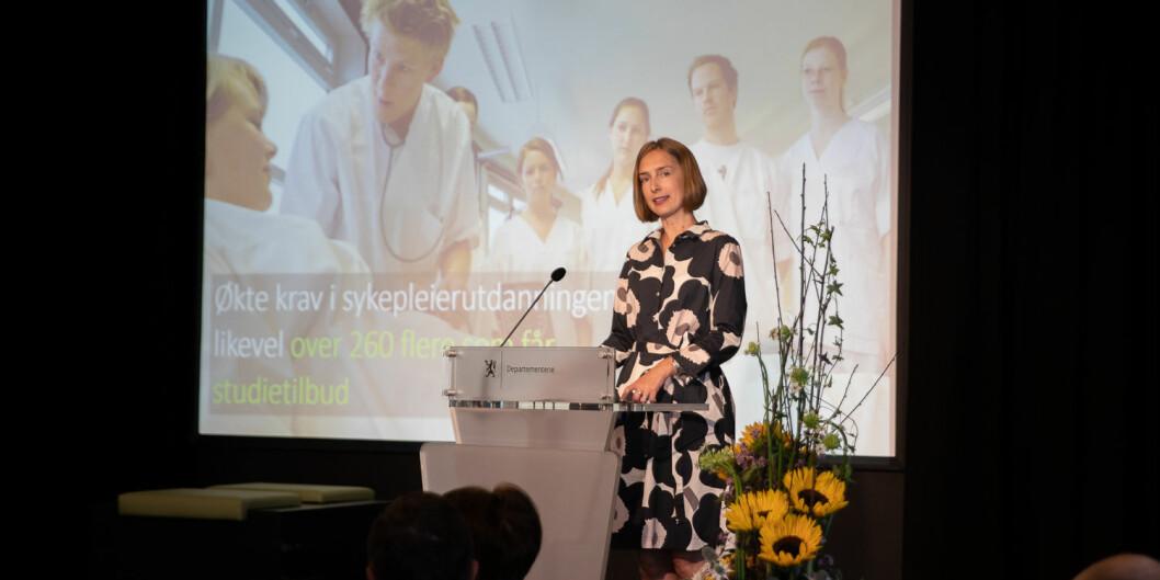 Iselin Nybø presenterte tall for hovedopptaket i juli. En av tre studenter velger enten å ikke takke ja til plassen sin eller de møter ikke opp til studiestart. Foto: Mina Ræge