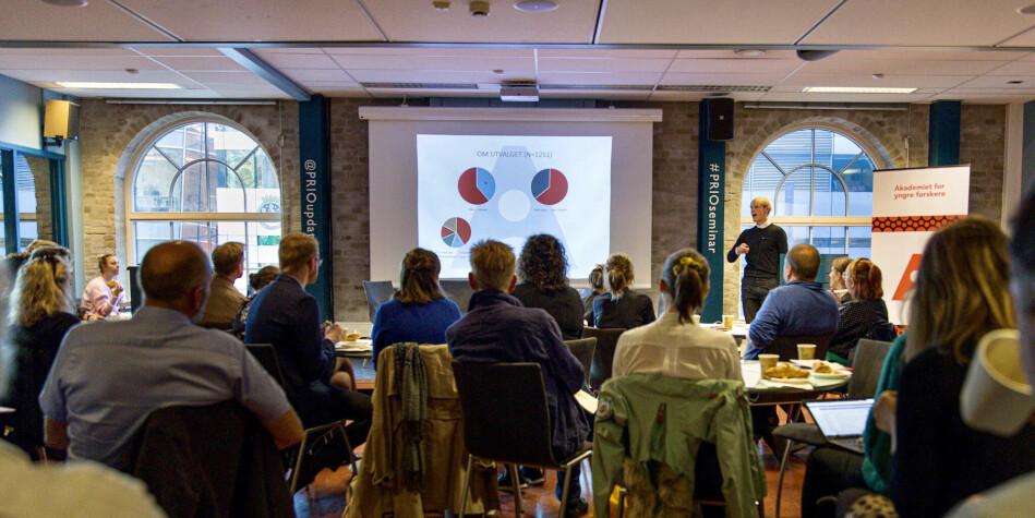 Arnfinn H. Midtbøen fra Akademiet for yngre forskere presenterte rapporten han har utarbeidet med Carl Henrik Knutsen. Foto: Siri Øverland Eriksen