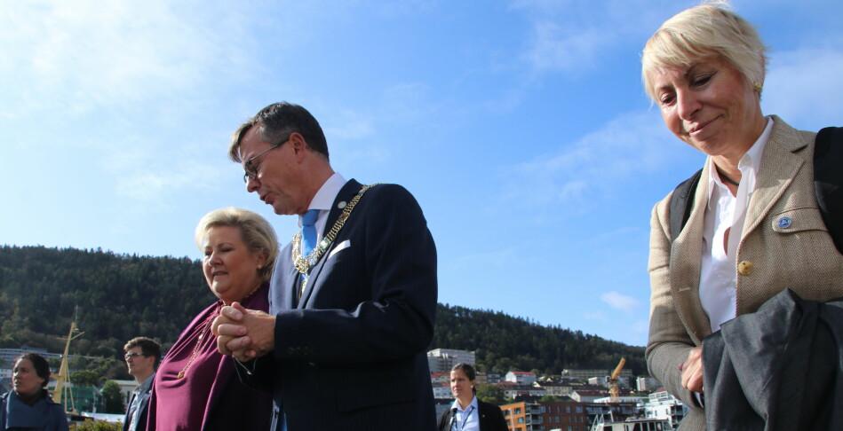 Erna Solberg er omsvermet når hun inviterer til toppmøte om havvind. Rektor ved Universitetet i Bergen, Dag Rune Olsen , og havforskningsdirektør Sissel Rogne var blant de inviterte. Foto: Dag Hellesund