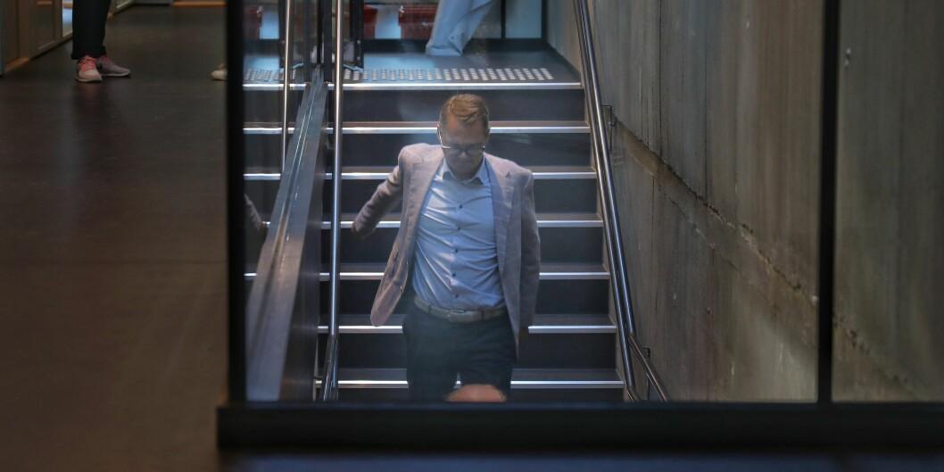 NTNUs styreleder Svein Richard Brandtzæg på vei ned trappene på NTNU Gjøvik, under styremøtet der Anne borg ble konstituert som rektor. NTNU har antakelig satt verdensrekord i ranking-fall mener Knut H Sørensen. Foto: Siri Øverland Eriksen