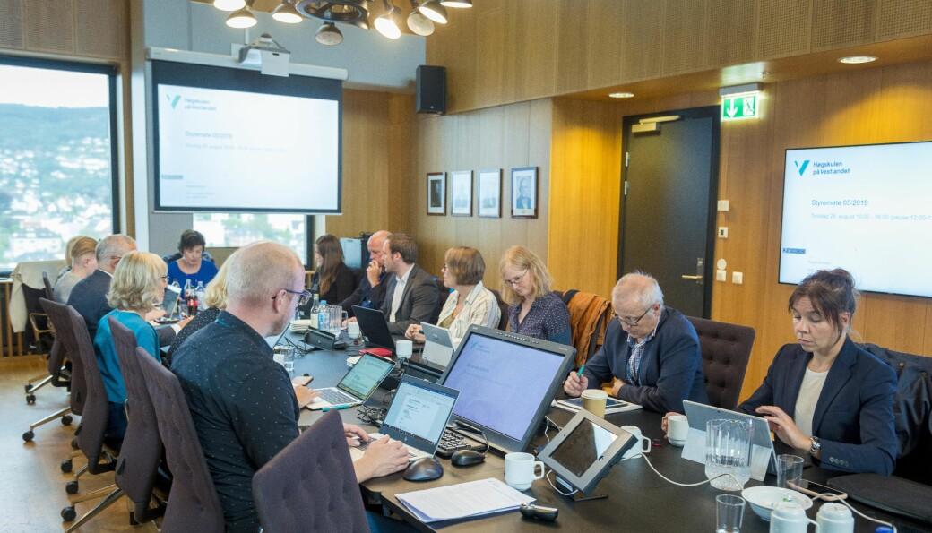 Endelig skal de fleste fra styret samles fysisk på styremøtet til HVL til Bergen, torsdag og fredag denne uken. Her fra det første styremøte for det sittende styret i august 2019. Siden den gang har de fått ny rektor, Gunnar Yttri har erstattet Berit Rokne.