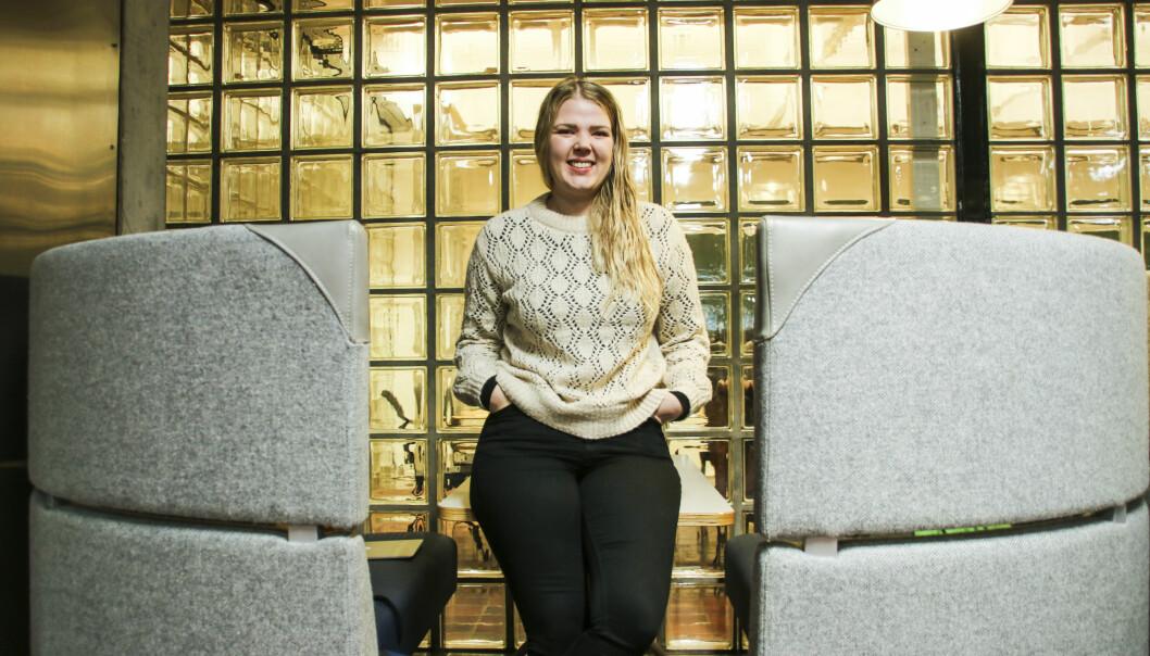 Sara Sekkingstad (26) tar permisjon frå lesinga ved Universitetet i Bergen for å vere ordførar i nye Alver kommune. Foto: Dag Hellesund