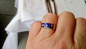 Jan Erik Frantsvåg med bankøkonomringen på handa. Symbola tilhøyrer høvesvis sparebankforeininga, bankfunksjonærforbundet og forretningsbankane. Foto: Privat