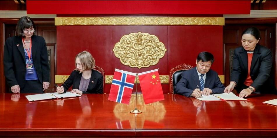 Statsråd Iselin Nybø møtte Kinas viseminister for utdanning, Du Zhanyuan, under en større delegasjonsreise i 2018. Nå skal hun til India. Foto: KD
