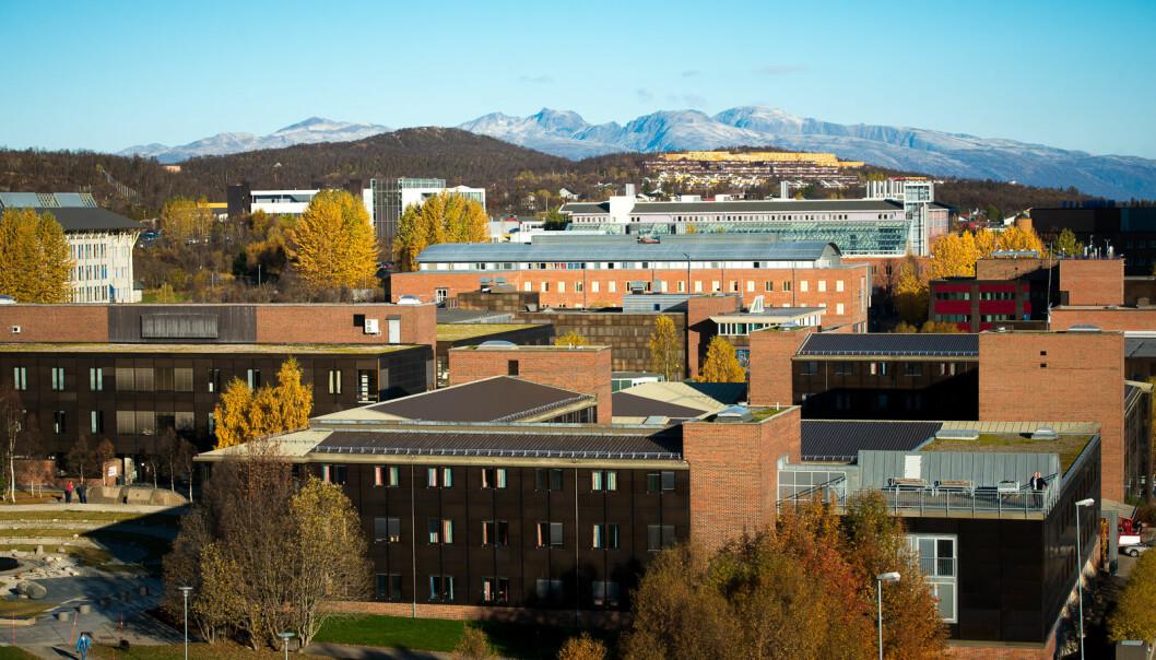 UiTs campus i Tromsø ligger i Breivika, i nærheten av havna der en russisk tråler er i brann. Foto: Skjalg Bøhmer Vold