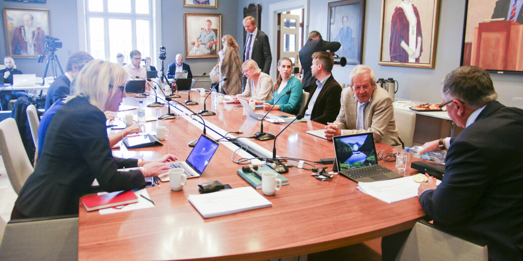 Universitetsstyremøte på UiB, Margareth Hagen, Petter Bjørstad og Kjell Bernstrøm nærast kamera. Bjørstad er skeptisk til at rektor er styreleiar. Foto: Dag Hellesund