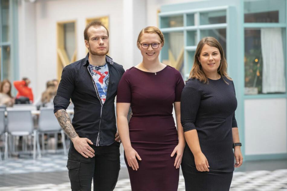 Tre av de fire studentene som ble tatt opp på Norges første forskerlinje i psykologi, som ble åpnet ved UiT i slutten av september. Fra venstre Efim Nemtcan, Linda Johansen og Vendela Husberg. Foto: David Jensen, UiT