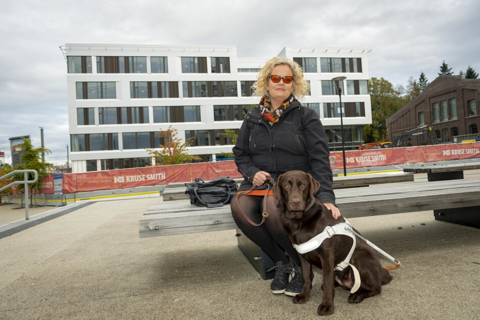 Sølvi Marie Risøy er førsteamanuensis i samfunnsfag ved vernepleierutdanningen ved Høgskulen på Vestlandet. Hun er selv blind og er svært urolig for den universelle utformingen i det nye campusbygget (i bildet) på Kronstad i Bergen. Foto: Tor Farstad
