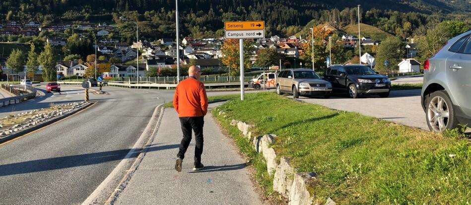 Næringsliv, høgskulen, organisasjonslivet og idretten i Sogndal. er samlokaliserte på Campus Sogndal (høgskulen) og Campus Fosshaugane (stadionen)— Men iblant kan det bli for tett, meiner Arnestad. Då seier sogndølene frå, seier han.