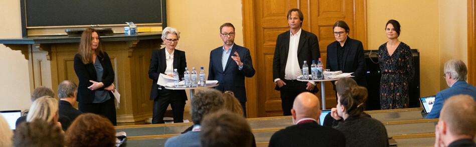 Dekankandidatene Trine-Lise Wilhelmsen (nr 2 fra venstre.) og Ragnhild Hennum (nr.2 fra høyre) deltok i en historisk hendelse. Aldri tidligere har det vært valgkamp ved Det juridiske fakultet ved Universitetet i Oslo. Foto: Ketil Blom Haugstulen