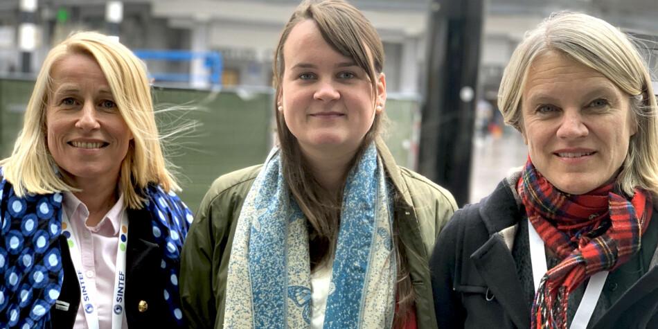 Marianne Synnes Emblemsvåg (H), Marit Knutsdatter Strand (Sp) og Nina Sandberg (Ap) i Brussel. Foto: Espen Løkeland-Stai