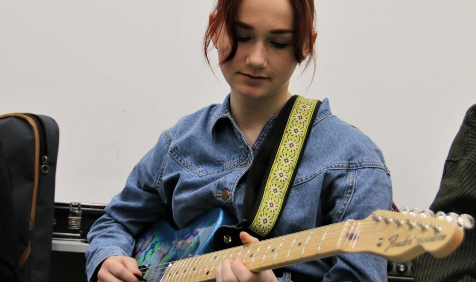 Bjørk Engerbakk spiller el-gitar. Flere blir overrasket når hun forteller det. Foto: Jan Willie Olsen