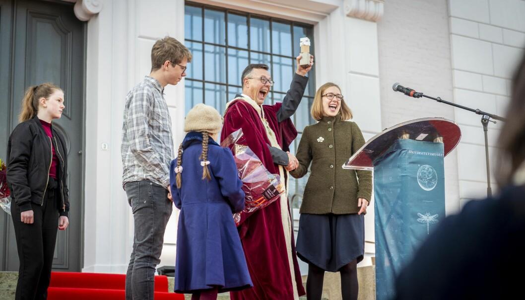 Så nøgd vert ein når ein får nøkkelen til universitetet sitt eige museum. Foto: Tor Farstad