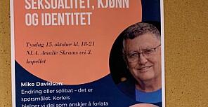 Denne plakaten, som heng i gangen mellom kantina og kapellet ved NLA høgskulen i Sandviken i Bergen, har vekt reaksjonar. Foto: Ragnhild Bjørge