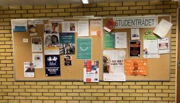 Plakaten som reklamerte for kveldsseminaret var fjerna frå oppslagstavlene ved hovudinngangen til NLA i Sandviken. Men den var framleis å finne i gangen mellom kantina og kapellet. Foto: Ragnhild Bjørge
