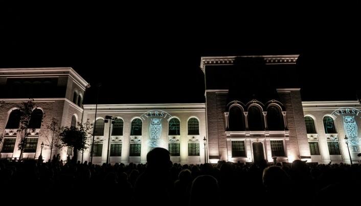 Måndag kveld var det eit storstilt lysshow utanfor museumsbygningen. Foto: Tor Farstad