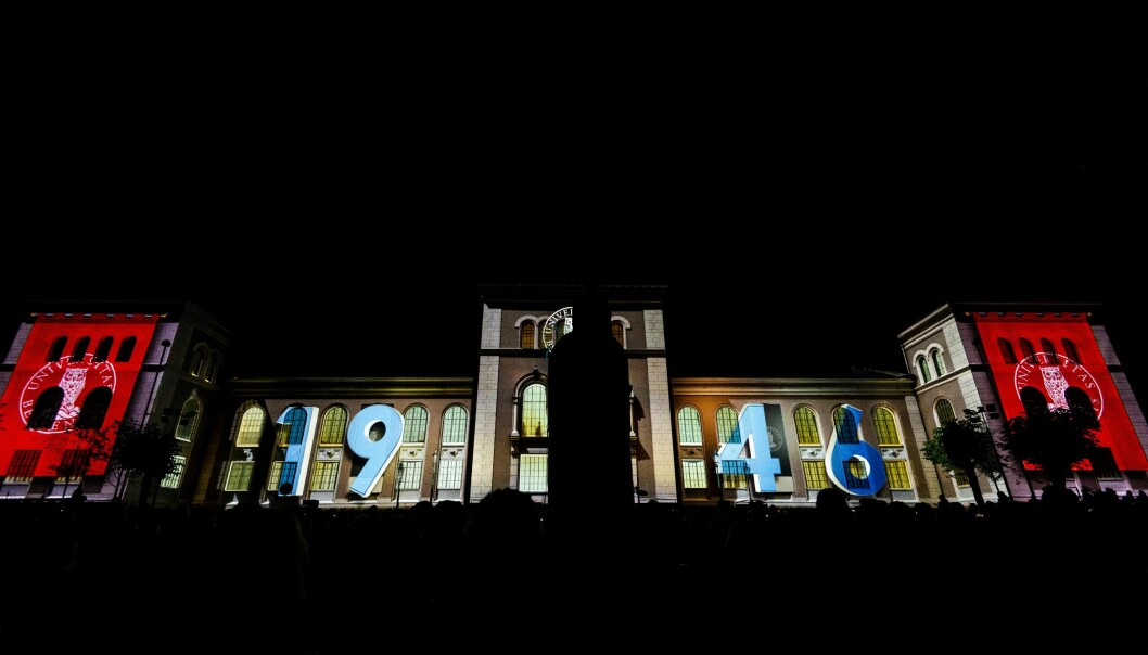 Årstalet som kom opp på museumsbygningen viser til året Universitetet i Bergen vart etablert. Foto: Tor Farstad
