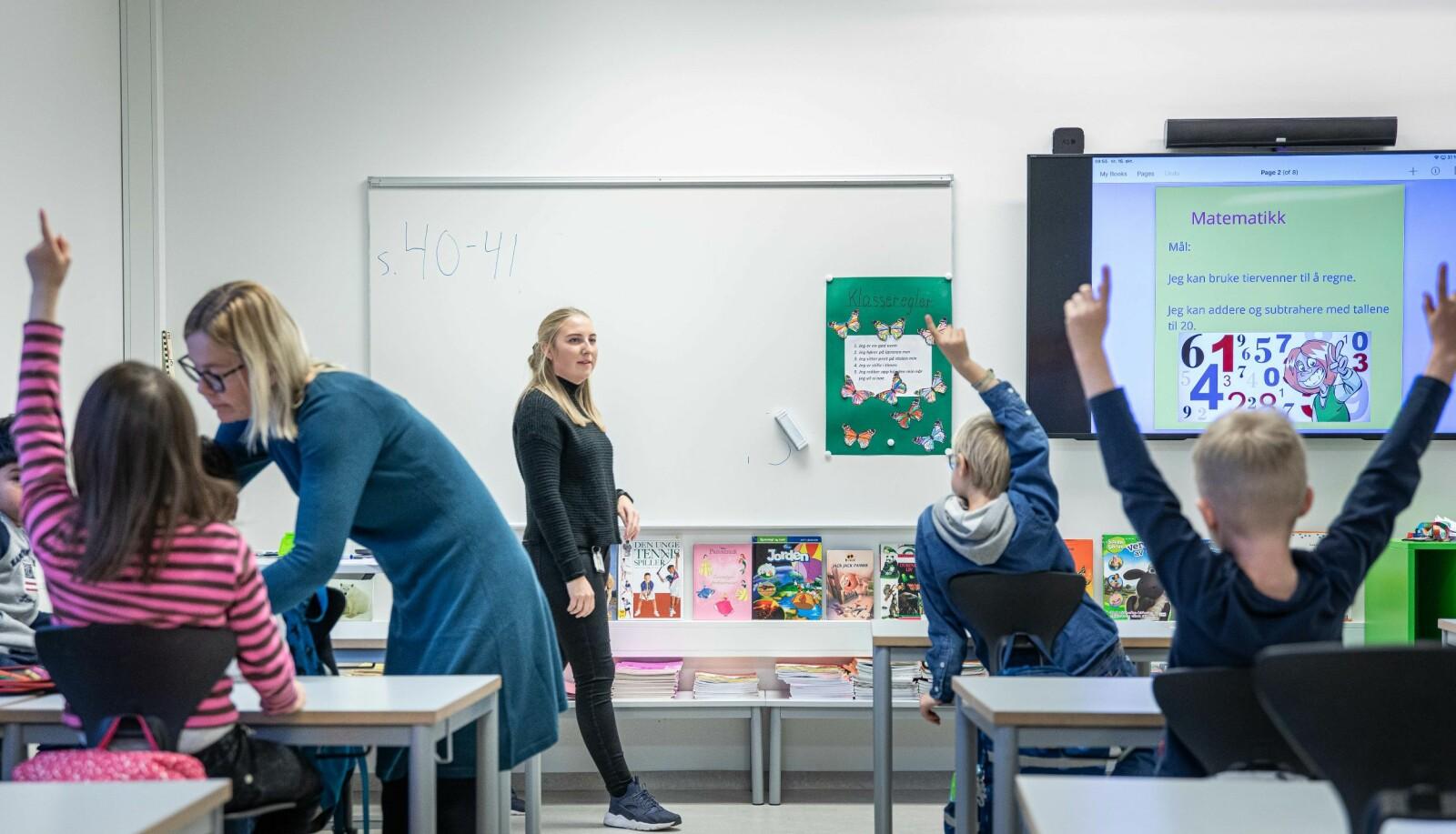 Andre klasse på Berger skole. Hovedlærer Astri Bartnes og studentlærer Margrethe Hellerud. Foto: Siri Øverland Eriksen